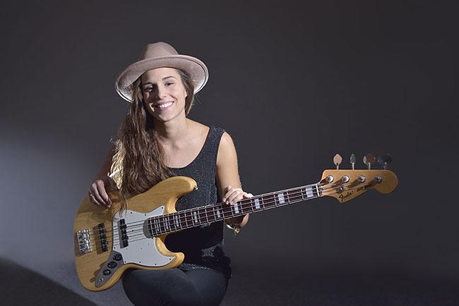 Photo der polnischen Bassistin Kinga Glyk