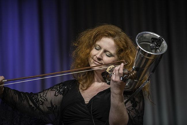 Martina Eisenreich mit Trompetenvioline - Foto: Mümpfer