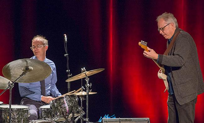 Bill Frisell und Kenny Wollesenen - Photo: Mümpfer