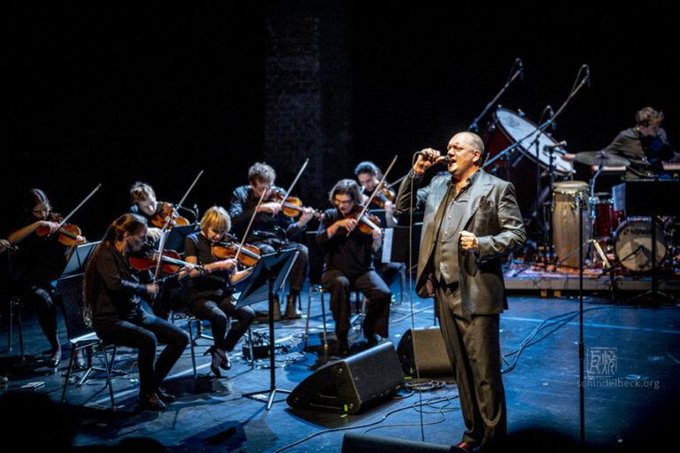 Charly Hübner und Ensemble Resonanz - Photo: Schindelbeck