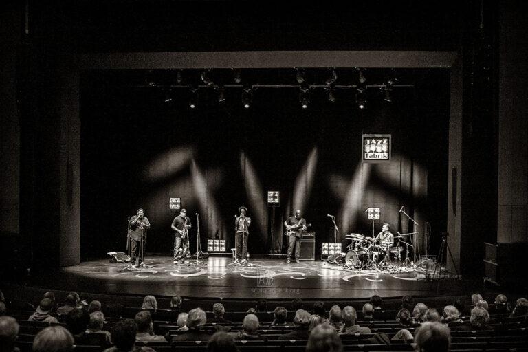 Steve Coleman Five Elements - Steve Coleman (Altsaxophon), Kokayi (Wordsmith), Jonathan Finlayson (Trompete), Anthony Tidd (Bass), Sean Rickman (Schlagzeug), Photo: Schindelbeck